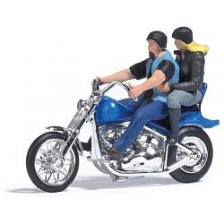 Couple en balade sur Moto Custom